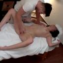 Cristina laat zich verwennen tijdens massage